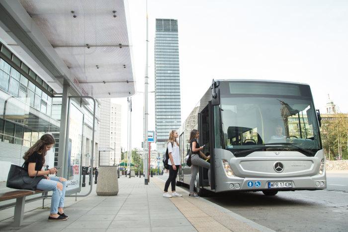 Im Bild der Mercedes-Benz Conecto mit 12,13 Meter Länge. Mercedes-Benz liefert den Niederflur-Stadtlinienbus als 12,13 m langen dreitürigen Solobus Conecto sowie als 18,12 m langen viertürigen Gelenkbus Conecto G. // Mercedes-Benz Conecto, Interieur, anthrazit metallic, OM 936 mit 220 kW/299 PS; 7,7 L Hubraum, 6-Gang Automatikgetriebe, Länge/Breite/Höhe: 12.105/2.550/3.120mm, Beförderungskapazität: 1/105; Mercedes-Benz Conect,; Interior, anthracite metallic, OM 936 rated at 220 kW/299 hp, displacement 7.7 l, 6-speed automatic transmission, length/width/height: 12105/2550/3120m, passenger capacity: 1/105